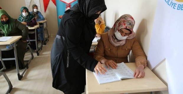"""""""Kırmızı Kurdele Projesi"""" kapsamında, kadınlar okuma- yazma öğreniyor."""