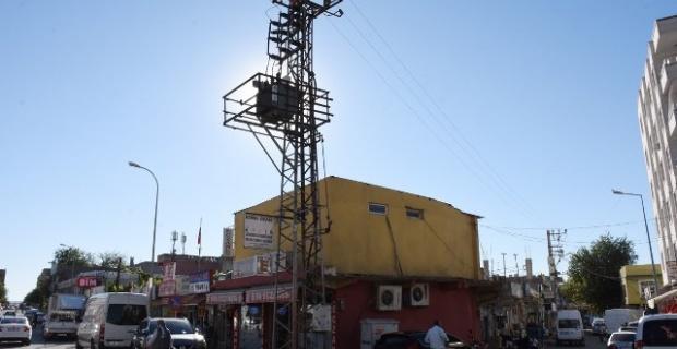 Hilvan'da DEDAŞ'a ait kaldırımdaki elektrik direği tehlike oluşturuyor