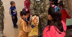 Barış Pınarı Bölgesinde Mehmetçik'ten Yardım Eli.