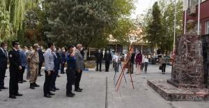 Hilvan'da Cumhuriyet kutlamaları çelenk sunumuyla başladı