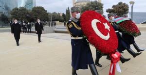 Cumhurbaşkanı Erdoğan,Haydar Aliyev'in kabri ile Türk ve Azerbaycan şehitliklerini ziyaret etti.