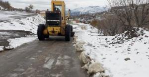 Büyükşehir ekipleri,karla mücadele çalışmalarını sürdürüyor.