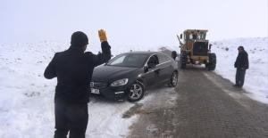 Kar yağışı nedeniyle yolda mahsur kalan vatandaşları Büyükşehir ekipleri kurtardı.