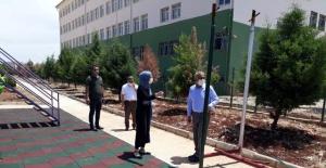 Başkan Bayık, Hilvan Anaokulu'nda yapımı tamamlanan çevre düzenleme çalışmalarını yerinde inceledi.