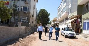 Hilvan'da Sedat Aban Caddesi'nde yol genişletme çalışmaları devam ediyor.
